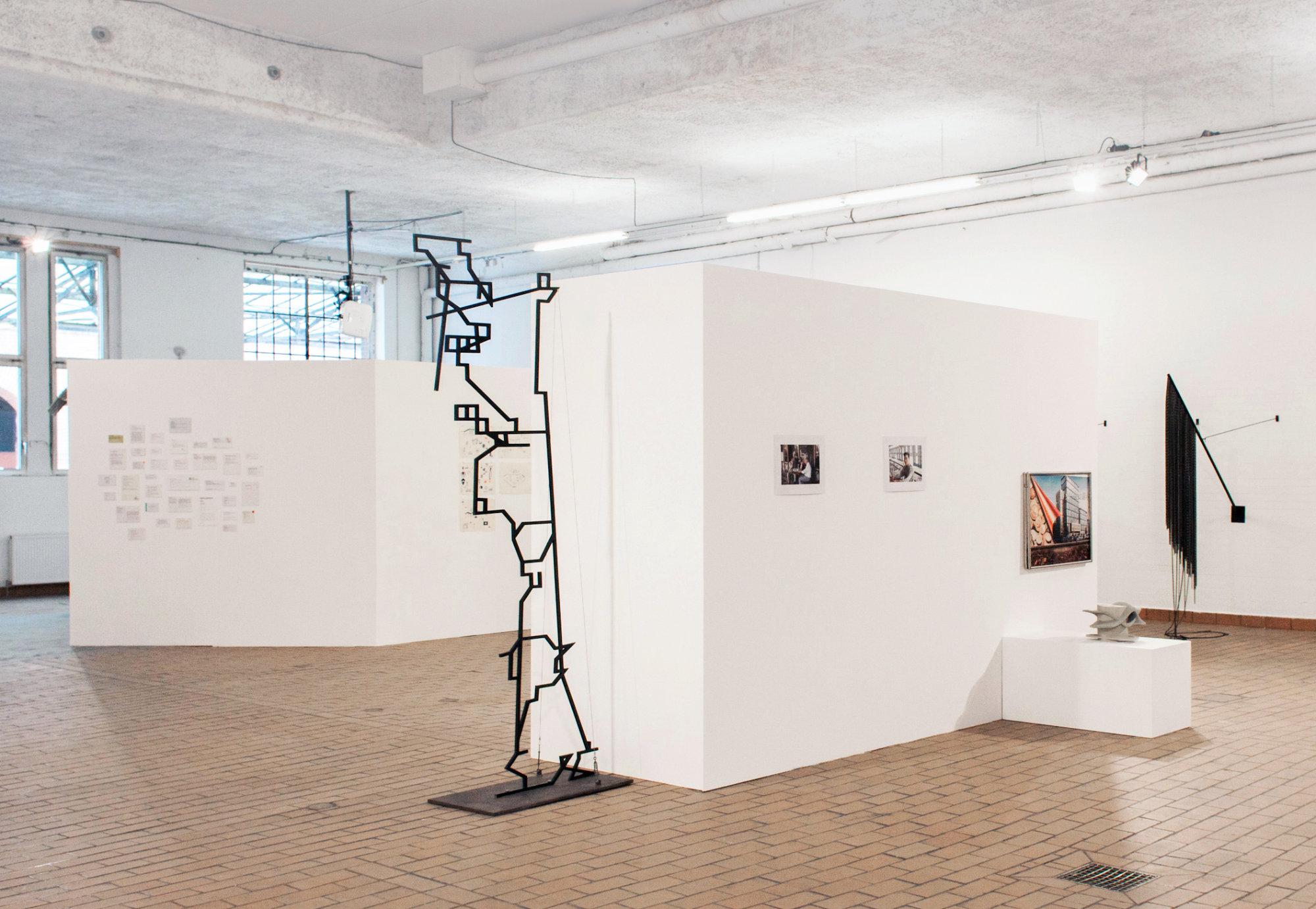 <p>Ausstellungsansicht (v.l.n.r.): Maria Anwander, Dan Stockholm, Valerie Stahl von Stromberg</p>