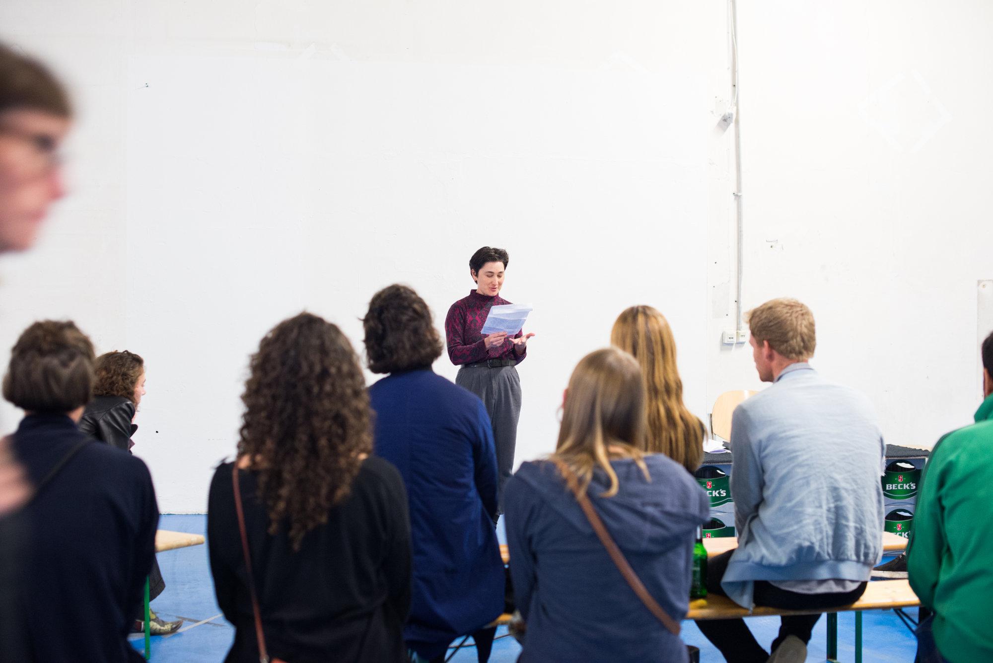 """<p><b>/Common Wages/Common People/<br /> </b><b>Lesung </b>mit den Autorinnen Aurelia Guo, Rin Johnson, Alice Miller, Darling Fitch, Hannah Gregory, Susan Finlay, Sarah Harrison und Bianca Heuser in Zusammenarbeit mit Arcadia Missa Publishing,<strong> Musik</strong> von Paul Arambula</p> <p>Eine Gruppe junger AutorInnen eröffnete über verschiedene Textformen und Genres hinweg die Frage, welche Bedeutung Gemeinschaft und Gemeingut (Englisch zusammenfassend """"Commons"""") in einem zeitgenössischen Kontext besitzen. Anstatt die Antwort in einem einfachen """"Common Ground"""" zu suchen, näherten sich den """"Commons"""" von unterschiedlichen Perspektiven aus und dachten dabei über individuelle Erfahrungen oder kulturelle Zusammenhänge nach.</p>"""