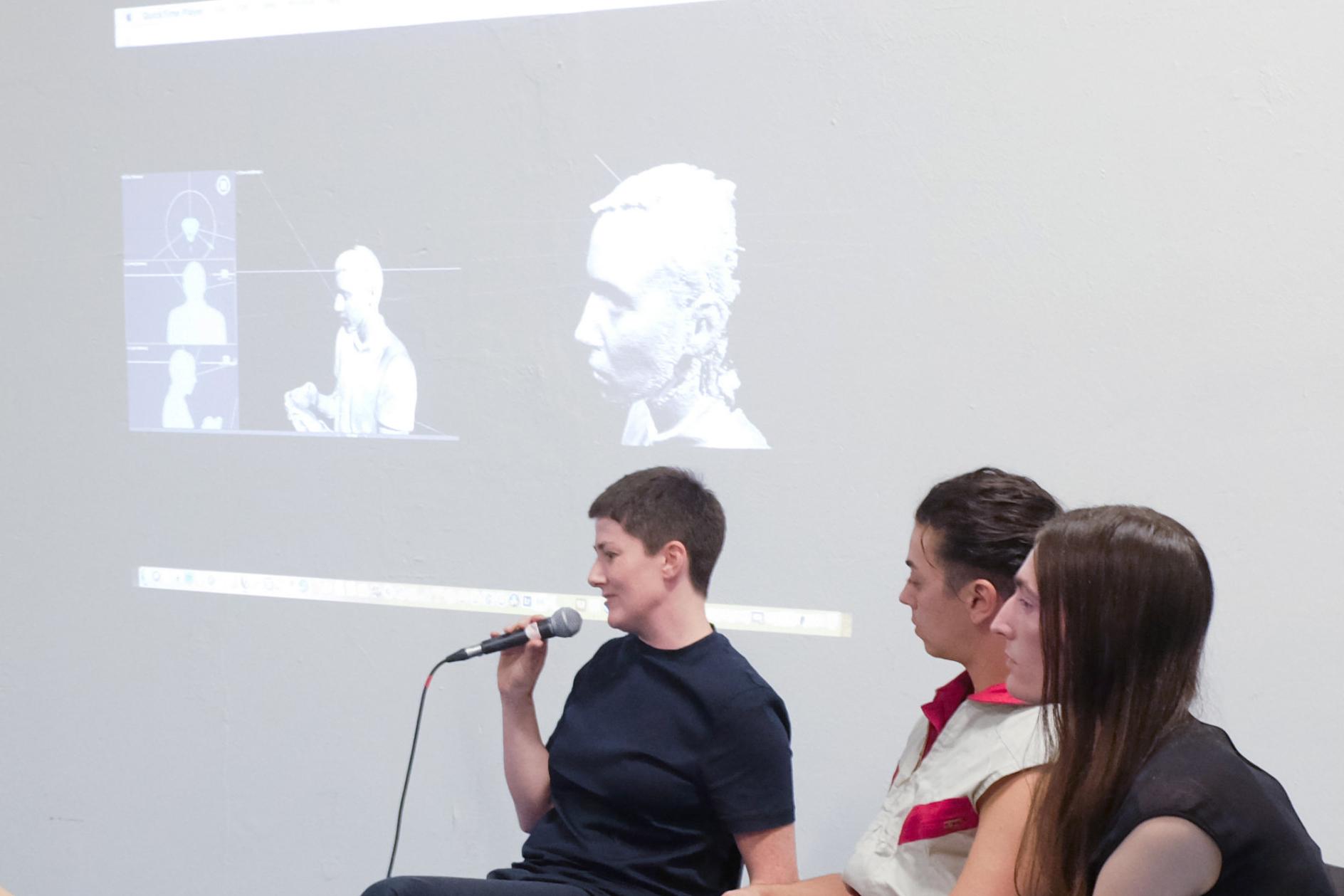 """<p><b>Dreaming Trans-futurism and Reality Now<br /> </b><b>Talk </b>mit Doireann O'Malley (Nominierte für den Berlin Art Prize 2018), Lou Drago (Autor, Kurator) und Pedro Marum (Kurator, Filmprogrammierer, DJ) von XenoEntitiesNetwork, Elliott Cennetoglu (Lichtgestalter), Pol Merchan (Künstler, Filmemacher), Mateja Hoffman (Fotografin, Stylistin, Performerin)</p> <p>Regisseurin Doireann O'Malley sprach gemeinsam mit den Protagonistinnen und Mitarbeiterinnen von<i> Prototypes</i> über die Methoden, Themen, und Erfahrungen dieser komplexen Videoarbeit. Hauptfigur Lou Drago zu <i>Prototypes</i>: """"Schon in den ersten Sekunden, wenn eine Stimme aus dem Off die vielartigen Zusammenstellungen von Chromosomen aufzählt, die Menschen besitzen können, ist man mit der Absurdität einer Reduktion von Geschlechtern auf ein binäres System konfrontiert. Einige dieser Konstellationen lassen sich nicht in eine limitierte Männlich-Weiblich-Kategorisierung einordnen. Es wird schnell klar, dass sehr viel dazugehört, möchte man die Komplexität von Geschlecht verstehen"""".</p>"""