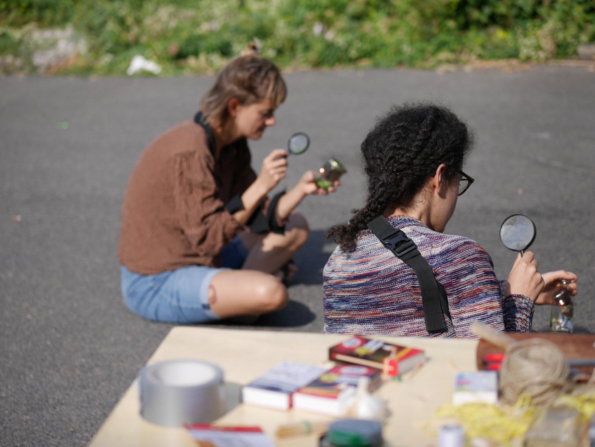 <p><b>DIY Stinkbomben<br /> </b><b>Workshop</b> mit Alanna Lynch (Nominierte für den Berlin Art Prize 2018)</p> <p>Alanna Lynch zeigte, wie sich aus haushaltsüblichen Materialien und Sonne schwefelbasierte Stinkbomben herstellen lassen. Zusammen mit den TeilnehmerInnen diskutierte sie über den Geruchssinn und über das Vermögen von Düften, Raum einzunehmen oder Gefühle hervorzurufen.</p>